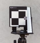 La mire Spyder Lenscal de l'éditeur Datacolor se prête parfaitement à l'utilisation de Dot-tune, sous condition de s'approcher davantage que la distance préconisée (50 fois la focale de l'objectif).